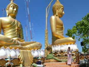 Trivia: Roan finds the face of a Thai Buddha pleasing, hence he was so thrilled with this experience.